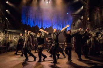 Fiddler-on-the-Roof-West-End-Musical-Cast-Singing-and-Holding-Hands