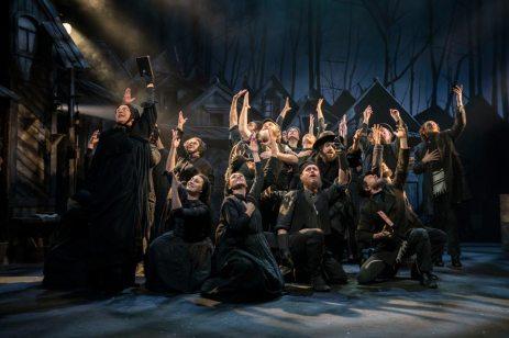 Fiddler-on-the-Roof-West-End-Musical-Kneeling-Singers