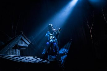 Fiddler-on-the-Roof-West-End-Musical-Lone-Fiddler-Playing