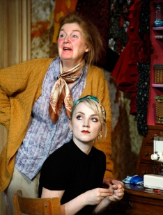 Anne-Kent-Evanna-Lynch-in-The-Omission-of-the-Family-Coleman.-Credit-Simon-Annand (1)