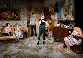 Laoisha-OCallaghan-Anne-Kent-David-Crowley-Evanna-Lynch-Rowan-Polonski-in-The-Omission-of-the-Family-Coleman.-Credit-Simon-Annand (1)