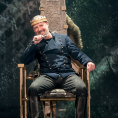 John-Simm-in-the-title-role-of-Macbeth-at-Chichester-Festival-Theatre-Photo-Manuel-Harlan-239-FAVE